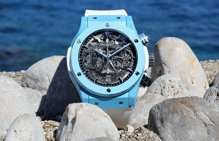The blue hands matches the marine blue ceramic case, offering optimum legibility.