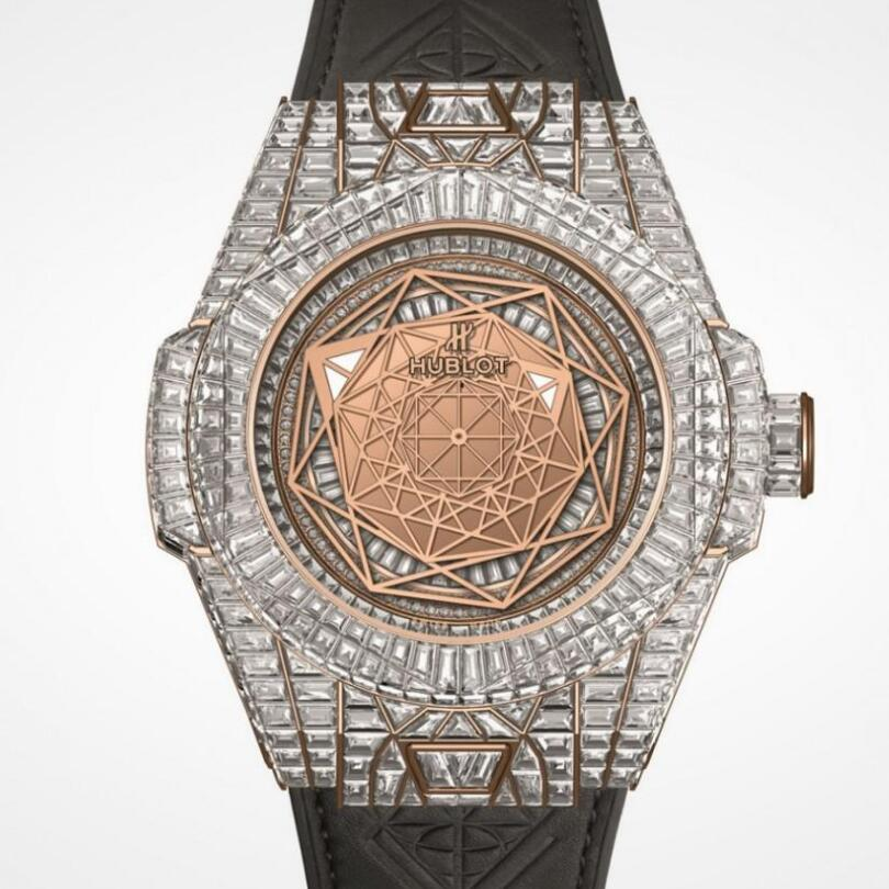 There are more than 800 brilliant diamonds paved on the dial, case and clasp, presenting the ultimate nobility.